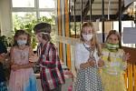 Ani letos nevynechali na Základní škole U Tenisu v Přerově letitou tradici. Špalírem žáků na chodbách procházeli za bouřlivého aplausu deváťáci, kteří školu v letošním roce opouštějí.