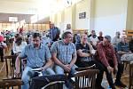 Na veřejné projednávání záměru na rozšíření těžby štěrkopísku dorazilo v pondělí do sportovní haly v Tovačově na dvě stě místních obyvatel.