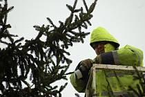 Instalace dřevěných stánků a zdobení vánočního stromu v Přerově