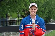 Martin Gremlica s bronzovou medailí z juniorského MS v inline hokeji
