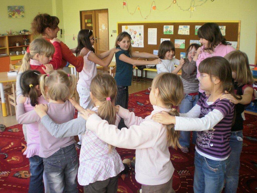 Hana Konečná se muzikoterapii naplno věnuje už rok. Na skupinové terapie dojíždí například do základní školy v Horní Moštěnici, kde loňský školních rok vedla relaxační kroužek Radovánky.
