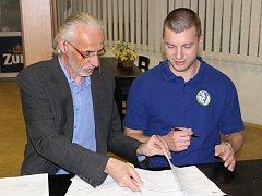 Bývalý generální manažer HC ZUBR Přerov ještě 4. dubna podepisoval novou smlouvu Tomáše Sýkory.