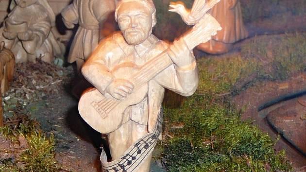 Známý loštický betlém zdobí i vyřezávaná figurka přerovského hudebníka Jaroslava Wykrenta