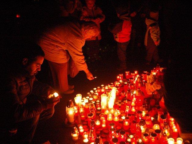 Lidé položili stovky svíček na přerovském hřbitově, aby uctitli památku zesnulých v podvečer pátku 2. listopadu.