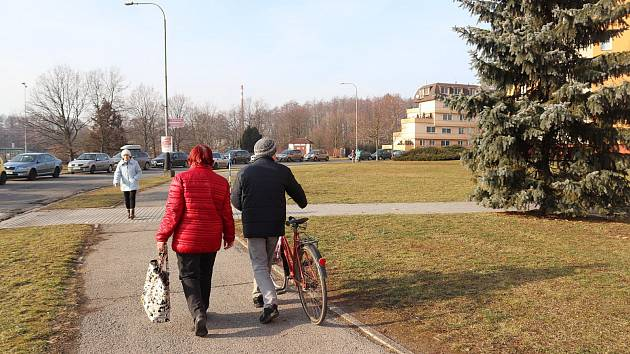 Seifertovu ulici (na snímku), čeká na začátku března oprava chodníků. Původní asfalt bude vybourán a nahradí ho zámková dlažba.