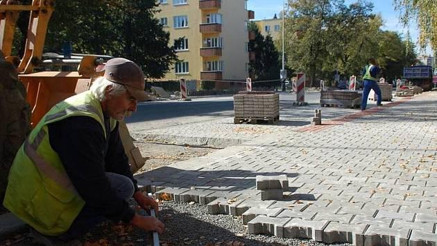 Budování autobusových zálivů ve Dvořákově ulici