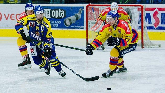 Hokejisté Přerova (v modrém) padli i ve čtvrtém čtvrtfinále s Českými Budějovicemi. Postup tak slaví Motor