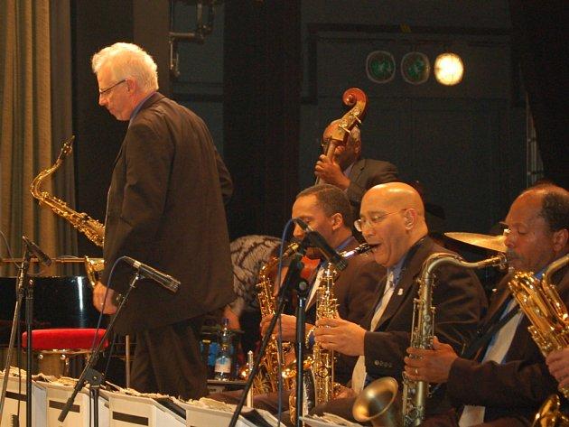 Legendární swingový orchestr The Count Basie Orchestra.