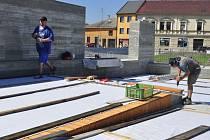 Stavba památníku Na Marku nakonci června 2016