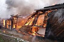 Hasiči zasahují u požáru dílny v obci Čechy na Přerovsku