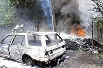 Likvidace požáru auta, sloupu, pneumatik a odpadu v Dluhonské ulici v Přerově