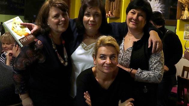 Novou knihu Ptačí žena známé přerovské spisovatelky Lenky Chalupové pokřtily ve čtvrtek 23. listopadu tři kmotry.