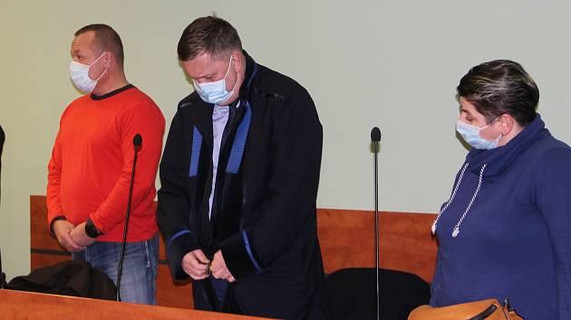 Manželé (zcela vlevo a vpravo) souzení za napadení romských dětí v Lipníku u přerovského okresního soudu, 21. prosince 2020