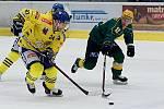 Hokejisté Přerova (ve žlutém) pod novým trenérem Kočarou padli doma s rozjetým Vsetínem 2:4