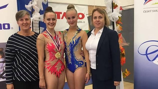 Kateřina Vařáková (uprostřed vlevo) získala dva tituly mistryně republiky. Stela Dočekalová brala osmé místo.