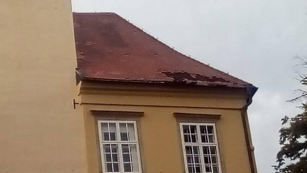 Pondělní bouřka s vichřicí škodila i v Tovačově. Střecha zámku je poničená na čtyřech místech.