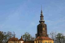 Dominanta města Tovačova schovaná pod lešením
