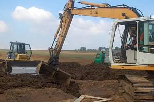 Stavba suchého poldru. Ilustrační foto