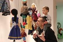 Historické i současné marionety, kulisy a plakáty připomínají 101 let Loutkového divadla Sokol v Galerii města Přerova.