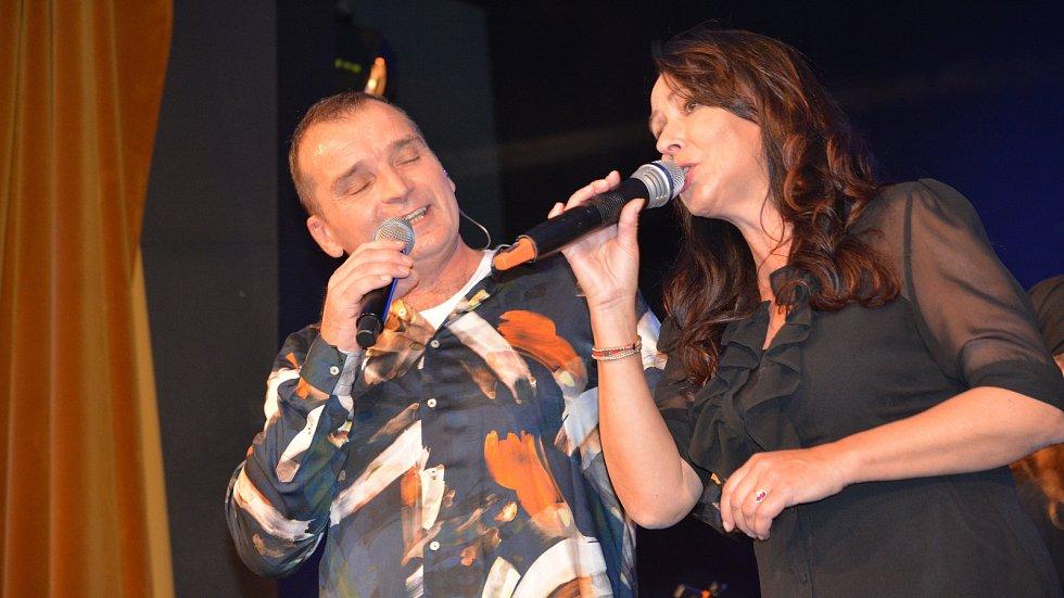 Pavel Novák ml. a Heidi Janků. Vzpomínkový koncert na legendárního zpěváka Pavla Nováka v Městském domě v Přerově.