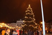 Hvězdička, tak se jmenuje letošní symbol vánoc, který se poprvé rozsvítil na náměstí T. G. Masaryka v Přerově v první adventní neděli. Akci si  nenechaly ujít stovky lidí.