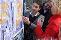 Pondělní veřejné debaty se u budovy Trumfu účastnili hlavně lidí žijící na třídě 17. listopadu v Přerově