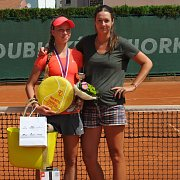Přerovští tenisté uspěli na Pardubické juniorce. Alexandra Silná (vlevo) s trenérkou Terezou Hladíkovou