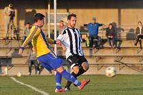 Fotbalisté Želatovic (v černobílé) proti Dolanům