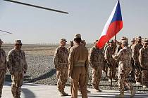 Vojáci čtvrtého kontingentu přerovské vrtulníkové základny převzali na vojenské základně Šarana v Afghánistánu od svých kolegů českou státní vlajku.