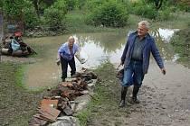 Úklid po povodni v zahrádkářské kolonii a u sportovní haly v Přerově