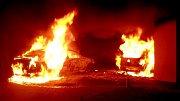 Požár dvou aut u rodinného domu v Lověšicích