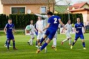 Fotbalisté Všechovic (v modrém) v domácím utkání proti 1. FC Viktorie Přerov.