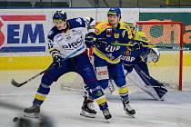 Hokejisté Přerova (v modrém) proti Drakům Šumperk.