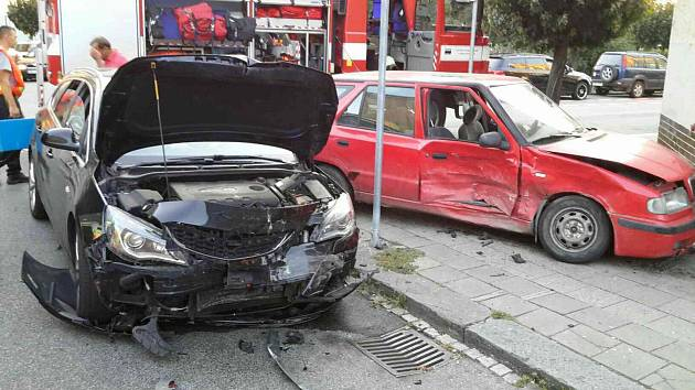 Pět lidí se zranilo při srážce dvou osobních aut v Přerově.