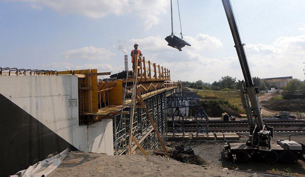 Modernizace Dluhonické spojky na železniční trati u Přerova. Nový nadjezd v Dluhonicích.