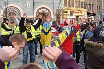 Fanoušci Zubrů při pochodu městem. Ilustrační foto