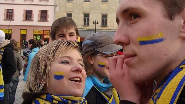 Fanoušci Zubrů při pochodu městem