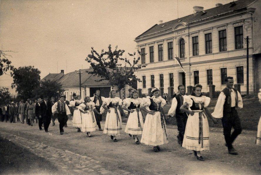 Rok 1946. Oslavy 50. výročí školy vSušicích.