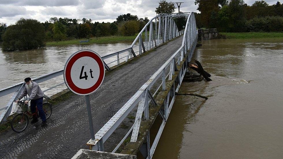 Rozvodněná Morava v Kojetíně, zaplavila třeba i fotbalové hřiště nebo loděnici. 15.10. 2020