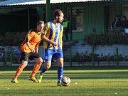 Fotbalisté Kozlovic (v pruhovaném) v utkání se Šumperkem.  Libor Žůrek