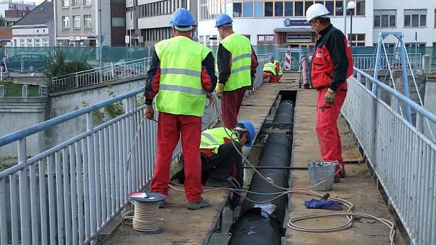 Lávka u sokolovny bude v s sobotu zbourána. V současné době provádějí stavebníci v místech, kde má vyrůst nový Tyršův most, odpojení inženýských sítí.