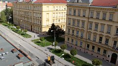 Školy v Palackého ulici v Přerově. Protože se domy nacházejí v ochranném pásmu památkové zóny, není možné provést zateplení celé fasády, která by tím přišla o svůj typický vzhled