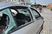 Setkání kvůli pátečnímu incidentu na kojetínském náměstí. Při incidentu bylo rozbité sklo na autě (na snímku)