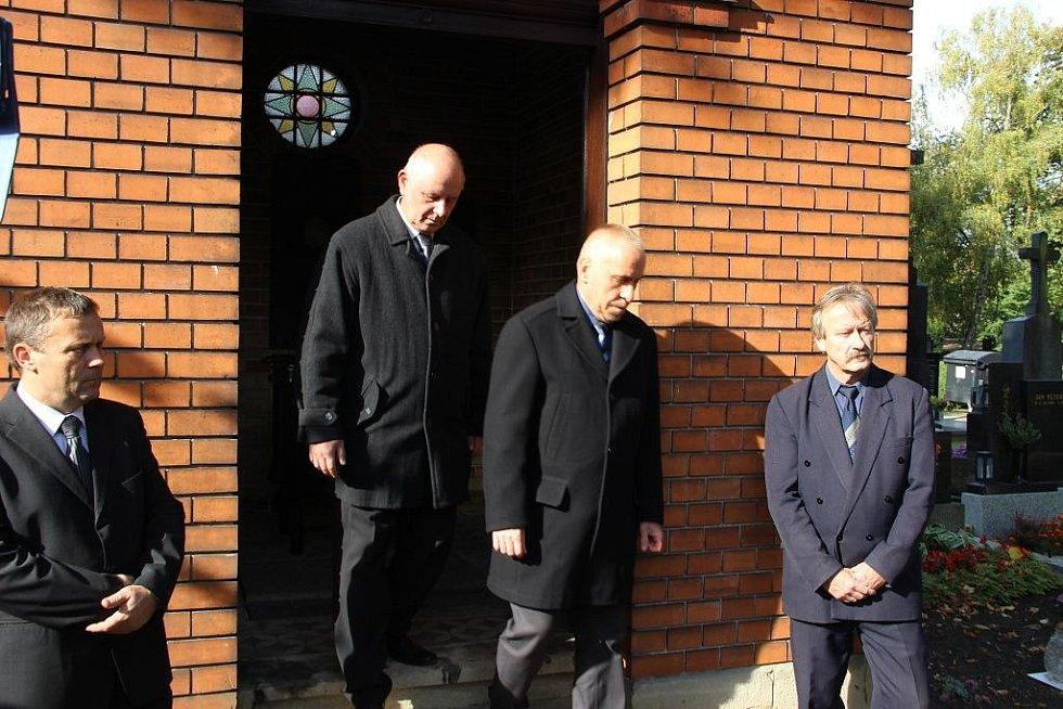 Ostatky žen a dětí, obětí krvavého masakru na Švédských šancí, byly v pátek 14. října převezeny ze hřbitova v Olomouci-Neředíně na přerovský hřbitov.