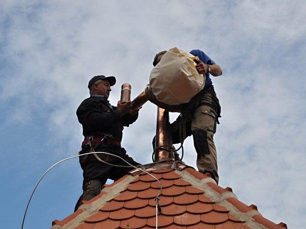 Čtvrtletní zpravodaj, několik mincí nebo slivovici ukryli do báně na vrcholek zvonice v Dřevohosticích.