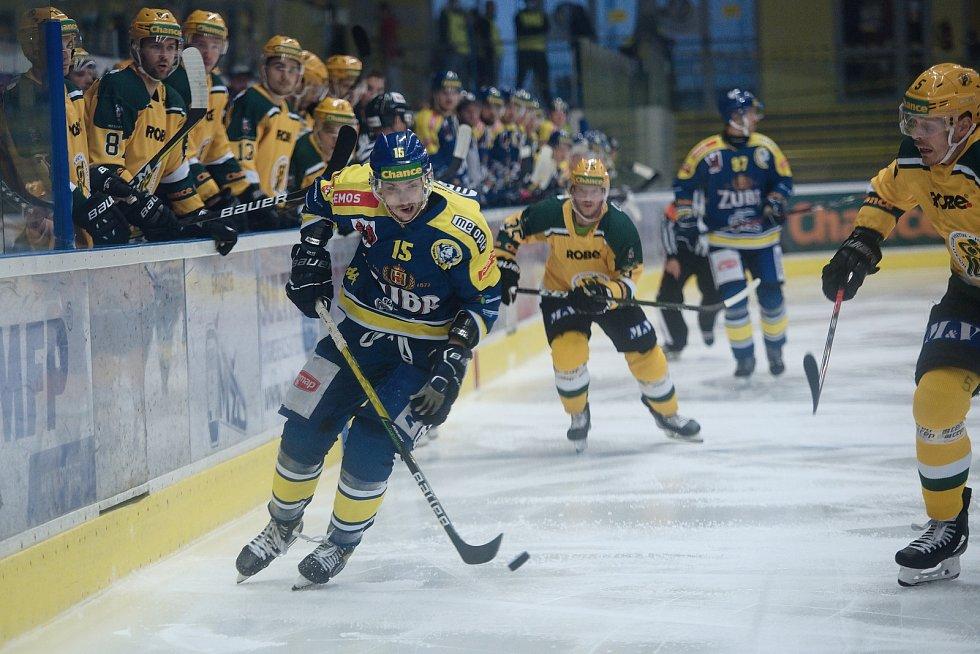 Hokejisté Přerova (v modrém) proti Vsetínu. Vlastimil Dostálek