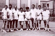 Tenis má v lipnické historii právem své místo. Na památku se družstvo tenistů nechalo zvěčnit v roce 1966. Zleva stojí sportovci - Váleček, Míka, Vrba, Kociánová, Dvořáčková, Benda, Bártek, Váleček.