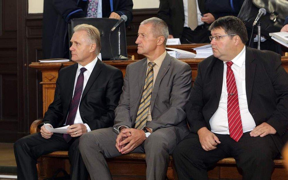 Zleva primátor Jiří Lajtoch, náměstek Josef Kulíšek a radní Václav Zatloukal.