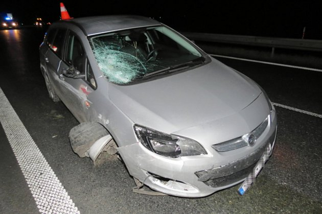 Opilý cizinec letěl po dálnici, srazil směrové desky