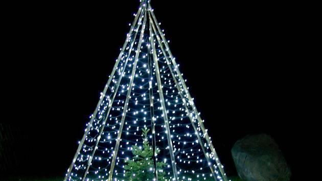 Originální vánoční strom se tyčí v Lazníčkách na Přerovsku. Je šikovným dílem místních zastupitelů.